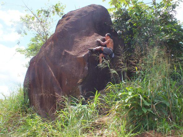 boulder ao lado da BR 210 em São Luiz