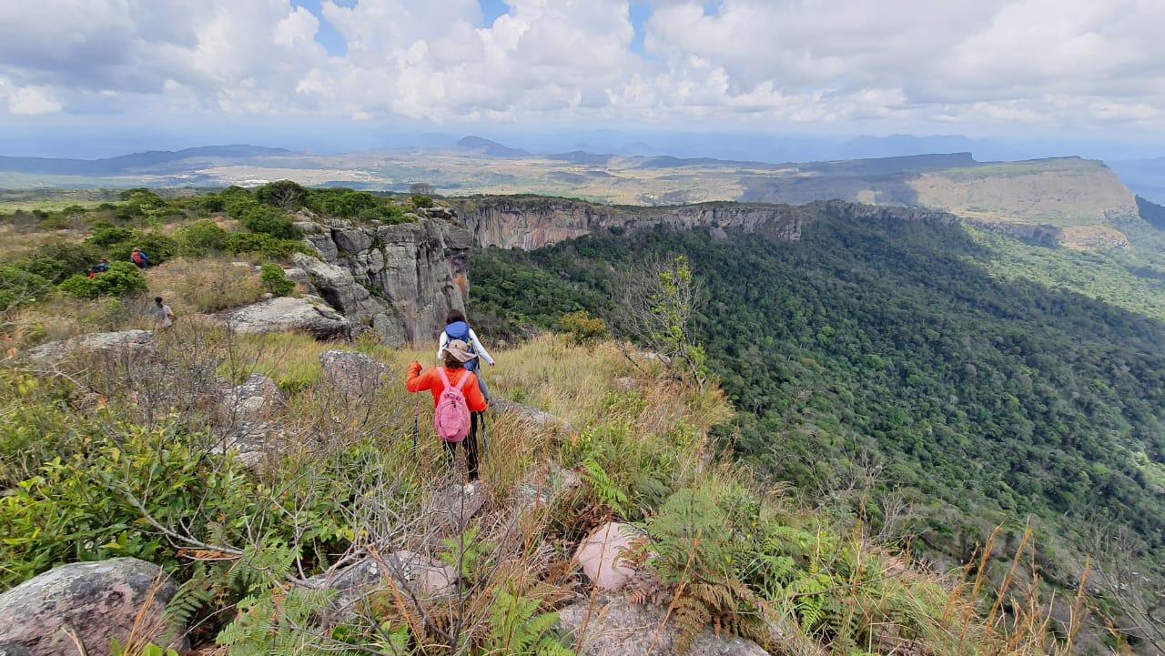 Paula na trilha para para as vias de escalada do Plato